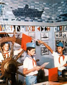 Занятия в школе юных моряков. Фотография В. Вереина и И. Кропивницкого в брошюре-фотоочерке «Пионерлагерь «Молодая гвардия», 1986 г.