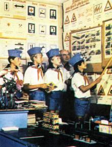 В кружке автомобилистов. Фотография В. Вереина и И. Кропивницкого в брошюре-фотоочерке «Пионерлагерь «Молодая гвардия», 1986 г.