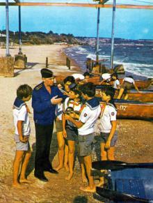 Клуб «Юный моряк». Фотография В. Вереина и И. Кропивницкого в брошюре-фотоочерке «Пионерлагерь «Молодая гвардия», 1986 г.