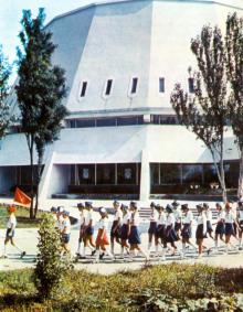 Киноконцертный зал. Фотография В. Вереина и И. Кропивницкого в брошюре-фотоочерке «Пионерлагерь «Молодая гвардия», 1986 г.
