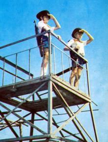 Пионерский дозор. Фотография В. Вереина и И. Кропивницкого в брошюре-фотоочерке «Пионерлагерь «Молодая гвардия», 1986 г.