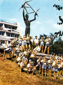 Репетиция духового оркестра. Фотография В. Вереина и И. Кропивницкого в брошюре-фотоочерке «Пионерлагерь «Молодая гвардия», 1986 г.