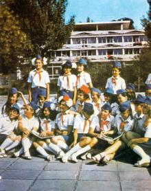 В пионерском лагере. Фотография В. Вереина и И. Кропивницкого в брошюре-фотоочерке «Пионерлагерь «Молодая гвардия», 1986 г.