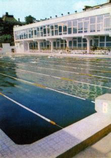 Плавательный бассейн спортивного клуба армии. Фото в путеводителе-справочнике «Одесса», 1984 г.