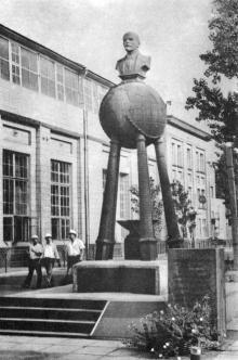 Памятник Ленину на территории судоремонтного завода. Фото в путеводителе «Летопись в камне и бронзе», 1984 г.