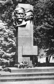 Памятник М.Д. Томасу. Фото в путеводителе «Летопись в камне и бронзе», 1984 г.