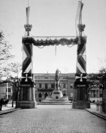 Памятник Екатерине II через Триумфальную арку. Фотограф П. Ганкевич. Одесса, май 1900 г.