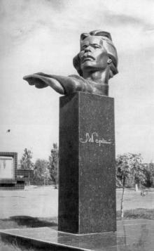 Памятник Максиму Горькому в парке его имени Юго-Западного жилого района. Фото из книги «Город-герой Одесса» из серии «Архитектура городов-героев». 1977 г.