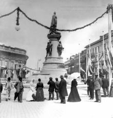 Горожане смотрят на открывшийся памятник Екатерине II.  Фотограф Юлий Юлиевич Коншин. Одесса, май 1900 г.