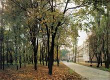 Парк и спальный корпус санатория «Россия». Фото Роберта Папикьяна в фотоальбоме «Одесса». 1987 г.