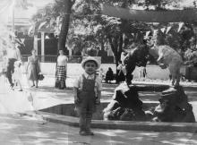У фонтана в «Детском секторе». На заднем плане павильон, в котором в начале 50-х был культсектор детского парка, там собирали детей, разучивали с ними песни. 1957 г.