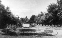 Памятник Сталину на площади Советской Армии, газона-фонтана уже нет