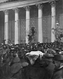 Митинг на площади возле городской думы после провозглашения императорского Манифеста в октябре 1905 г. Фотография в газете «L'Illustration» за 18 ноября 1905 г.