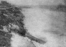 Фото в «Генеральной схеме противооползневых мероприятий побережья гор. Одессы», 1940 г.: Ланжерон. Северная не огражденная часть бухты во время шторма. Декабрь, 1933 г.