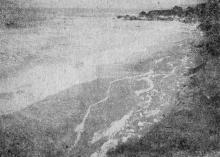 Фото в «Генеральной схеме противооползневых мероприятий побережья гор. Одессы», 1940 г.: Ланжерон. Южная огражденная часть бухты во время шторма. Декабрь, 1933 г.