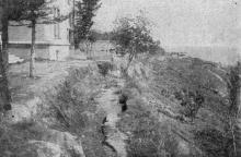 Вид на дом № 17 по Черноморской улице со стороны обрыва; ясно различимы оползни III типа. Фото в «Генеральной схеме противооползневых мероприятий побережья гор. Одессы». 1940 г.