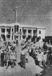 Пионеры лагеря сталепроволочно-канатного завода на прогулке. Фото Я. Левита в газете «Знамя коммунизма», 23 июня 1954 г.
