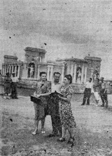 Куяльницкий курорт. Группа отдыхающих у летнего кинотеатра. Фото Я. Левита в газете «Знамя коммунизма», 20 июня 1954 г.