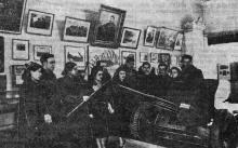 Научный сотрудник музея О.Л. Кипарисова знакоми экскурсантов с экспонатами зала Обороны Одессы. Фото Я. Левита в газете «Знамя коммунизма», 10 апреля 1953 г.