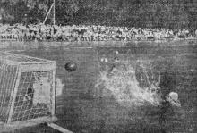 Соревнования по водному поло в парке «Победа». Фото Я. Левита в газете «Знамя коммунизма», 20 июля 1954 г.
