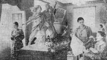 Табельщица Александра Таран (слева), ленточница Лидия Курманевич и прядильщица Любовь Яровик в ночном санатории. Фото Я. Левита в газете «Знамя коммунизма», 18 июля 1954 г.