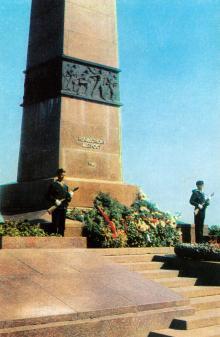 Одесса. Памятник Неизвестному матросу. Фото Г. Петренко. Открытка из серии «Город-герой Одесса». 1975 г.