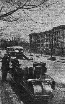 Асфальтируются тротуары по улице Чкалова. Фото в газете «Знамя коммунизма», 12 апреля 1953 г.