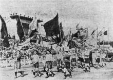 Открытие соревнований на центральном стадионе «Пищевик». Фото И. Мухина в газете «Знамя коммунизма», 04 октября 1953 г.