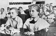 В первом «А» классе одесской школы № 58. Фото В. Колосова в газете «Знамя коммунизма», 03 сентября 1954 г.