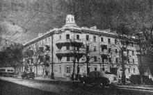 Фасад нового жилого дома на углу улиц Пушкинской и Жуковского. Здесь заканчиваются отделочные работы. Фото Я. Левита в газете «Знамя коммунизма» 12 апреля 1953 г.