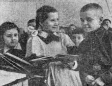 Первоклассники 117-й школы Валя Шалапутина, Лена Сливинская и Коля Мещеряков снова в классе. Фото в газете «Знамя коммунизма» 12 января 1955 г.
