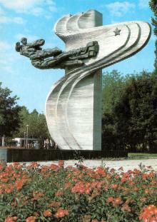 Одесса. Памятник авиаторам 69 истребительного полка. Фото А. Рязанцева. Набор открыток «Одесса». 1988 г.