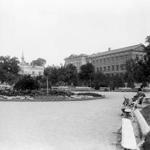 В городском саду. Слева за домами Преображенская ул., виден шпиль Реформатской церкви на улице Херсонской