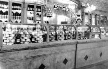 В бакалейном магазине «Штучных товаров» на улице Чижикова, 68. Середина 1950-х гг.