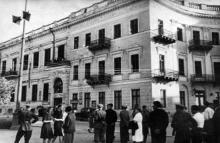 Жители освобожденной Одессы слушают последние известия по радио, фотограф Л. Иванов, 1944 г.