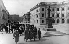 Советские бойцы у памятника Ришелье, фотографы В. Малышев, В. Иванов, 11 апреля 1944 г.