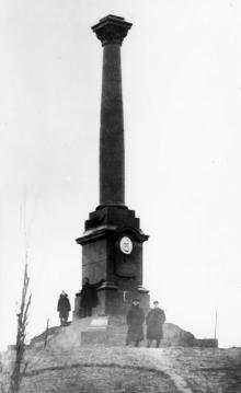 Александровская колонна с барельефом К. Маркса