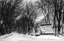 Одесская киностудия. Справа от аллеи съемочный павильон № 4. 1960-е гг.