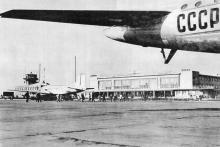 Недавно построенный из стекла и бетона аэровокзал. Фотография в фотоальбоме «Одесса», 1965 г.