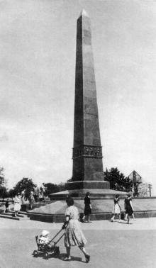 Обелиск-памятник Неизвестному матросу. Фотография в фотоочерке «Одесса», 1960 г.