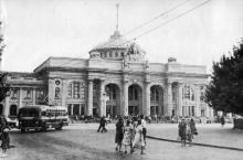 Одесский железнодорожный вокзал. Фотография в фотоочерке «Одесса», 1960 г.