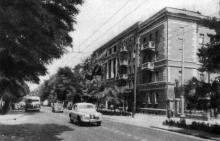 На улице Богдана Хмельницкого, возле 19-го номера. Фотография в фотоочерке «Одесса», 1960 г.