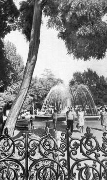 Сквер на Привокзальной площади. Фотография в брошюре «Одесса. Достопримечательности», издана в 1971 г., сдана в набор в 1969 г.