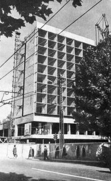 Строящееся здание гостиницы. Фотография в брошюре «Одесса. Достопримечательности», издана в 1971 г., сдана в набор в 1969 г.