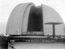 Вид на башню с открытой щелью и телескопом с достроенной площадки