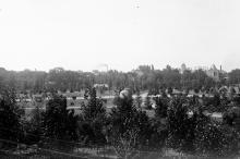 Вид в сторону нынешнего (2016 г.) луна-парка. На заднем плане небольшое полукруглое здание принадлежащей обсерватории мирры меридианного круга — прибора для определения ориентировки телескопа. 1914-1921 гг.