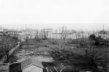 Вид в сторону стадиона. Забора еще нет, просматривается главная аллея. На заднем плане слева казармы пограничной стражи. Фотография до 1917 г.