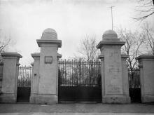 Ворота на главную аллею. Построены (после 1918 и до 1930 г.) по проекту архитектора Вильева (?)