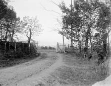 Будущий каменный вход обсерватории. За калиткой слева Главный павильон выставки 1910 года. Справа у калитки - столб трамвайной линии, была пущена к открытию выставки. 1912 г.