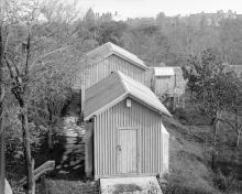 На переднем плане — павильон для инструментов (не сохранился). Позади — павильон меридианного круга, рядом домик для маленькой мирры. Начало 1920-х гг.